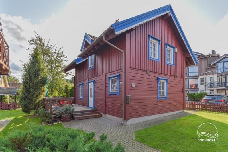 Vila Erika Nidos centre - medinis namas su privačiu kiemu, terasa.  Renovuota 2020 metais