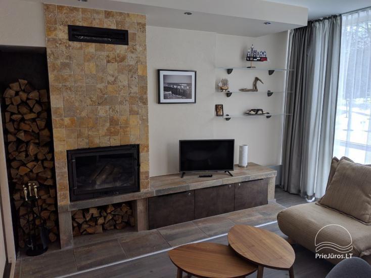Jaukūs, puikiai įrengti apartamentai su židiniu Juodkrantės centre. Pro langus matosi marios!