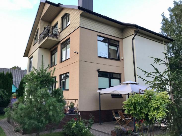 Išnuomuojami dviejų miegamųjų apartamentai bei atskiri kambariai privačiame name Palangos centre, netoli jūros