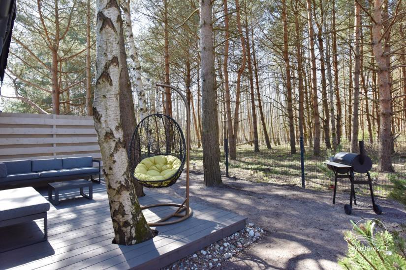 Terasos su lauko baldais, privatūs kiemeliai