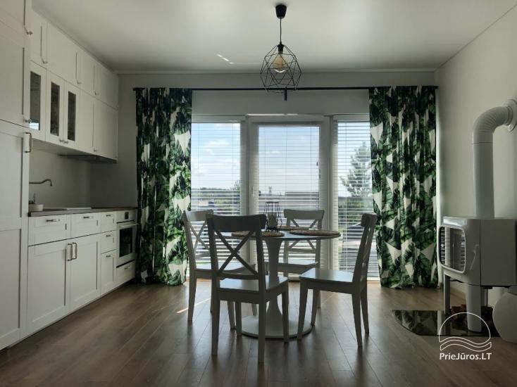 Jaukus, naujai įrengtas butas su balkonu nuomai Palangoje, Kunigiškėse. Kieme vaikų žaidimo aikštelė