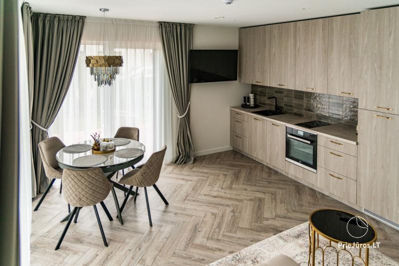 Erdvūs, naujai įrengti apartamentai Kunigiškių 7B. Kieme terasa su lauko baldais