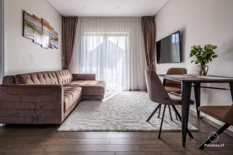 Puikiai įrengti vieno miegamojo apartamentai su terasa ir uždaru kiemu Palangoje