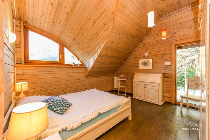 Holzhütte in Butinge am Meer, mit einem Beachvolleyballfeld . - 11