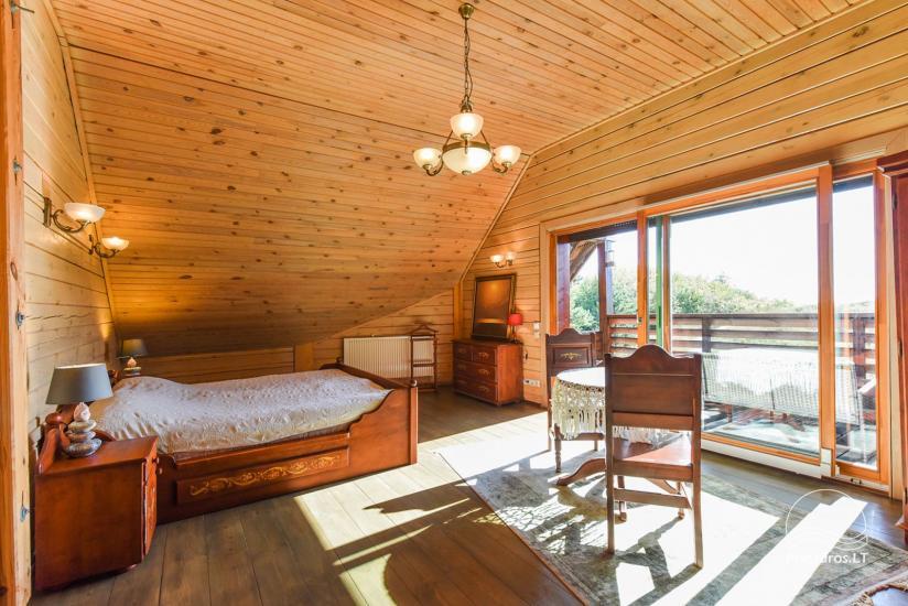 Holzhütte in Butinge am Meer, mit einem Beachvolleyballfeld . - 14