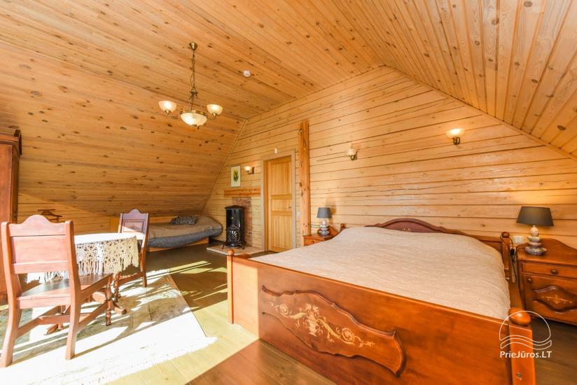 Holzhütte in Butinge am Meer, mit einem Beachvolleyballfeld . - 15