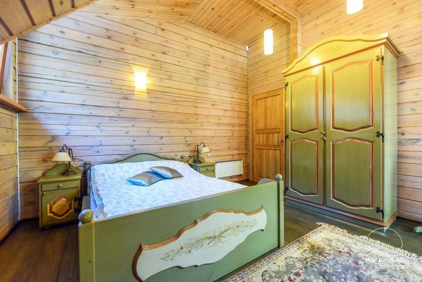 Holzhütte in Butinge am Meer, mit einem Beachvolleyballfeld . - 18