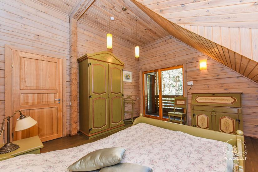 Holzhütte in Butinge am Meer, mit einem Beachvolleyballfeld . - 19