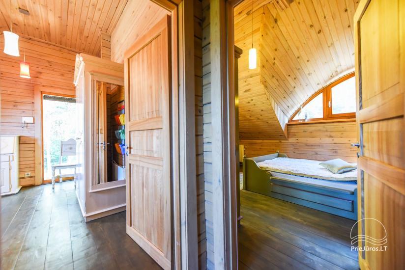 Holzhütte in Butinge am Meer, mit einem Beachvolleyballfeld . - 21