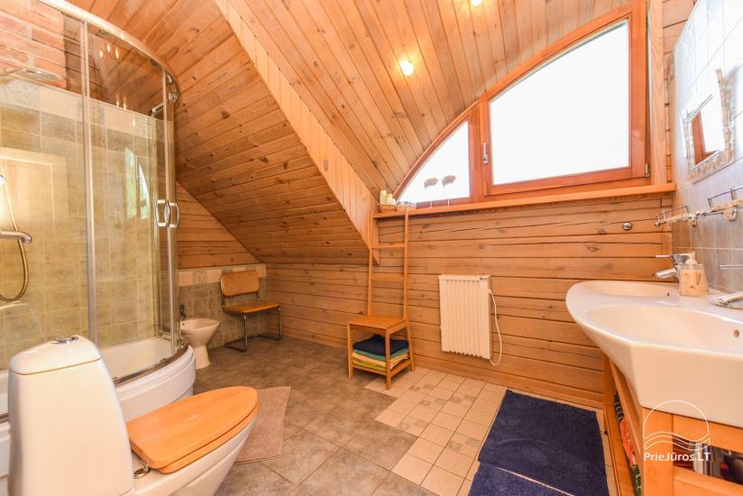 Holzhütte in Butinge am Meer, mit einem Beachvolleyballfeld . - 24