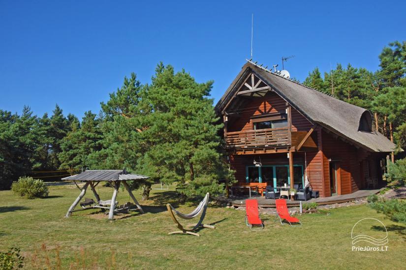 Holzhütte in Butinge am Meer, mit einem Beachvolleyballfeld . - 30
