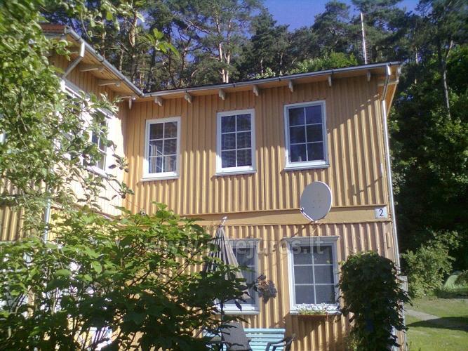 Dviejų ir trijų kambarių butai Juodkrantėje. Kieme yra pavėsinės, lauko baldai, šašlykinės.