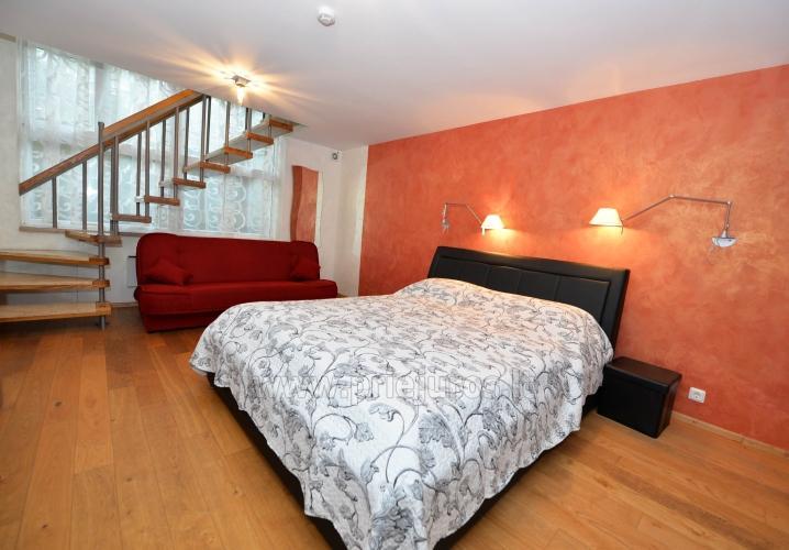 Erdvūs 2 kambarių apartamentai su atskiru įėjimu ir terasa, yra WiFi