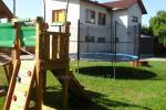 """Svečių namai """"Prie obels"""": žaidimų aikštelė, batutas vaikams, židinys"""