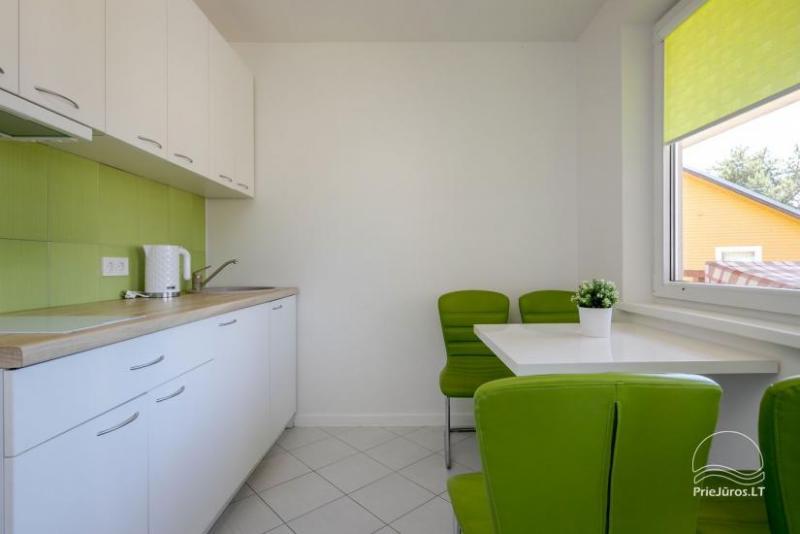 Nuomojame jaukų ir šiuolaikiškai irengtą 2 kambarių butą Šventojoje.