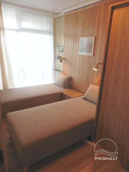 Die gemütliche Zwei-Zimmer-Wohnung mit 35 m2 Terrasse im Erdgeschoss. Ein Blick auf die Lagune - 9