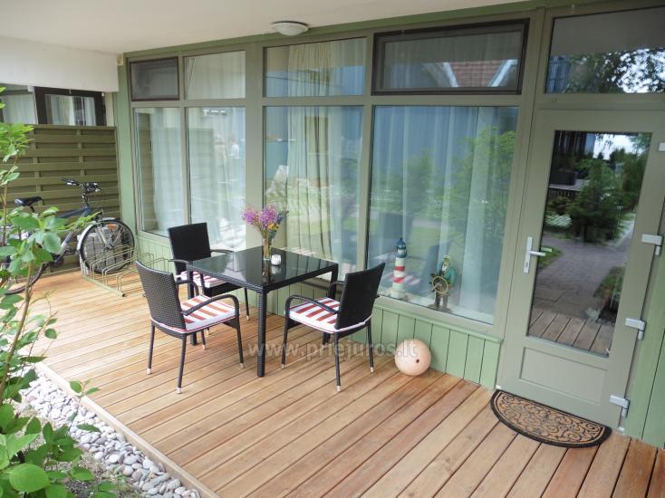Mājīgajā divistabu dzīvoklis ar 35 m² terasi pirmajā stāvā. Skats uz lagūnu