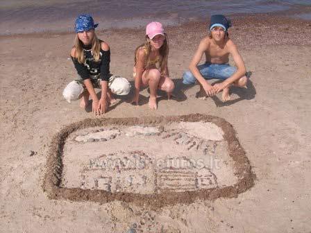 Vaikų vasaros stovykla ant jūros kranto