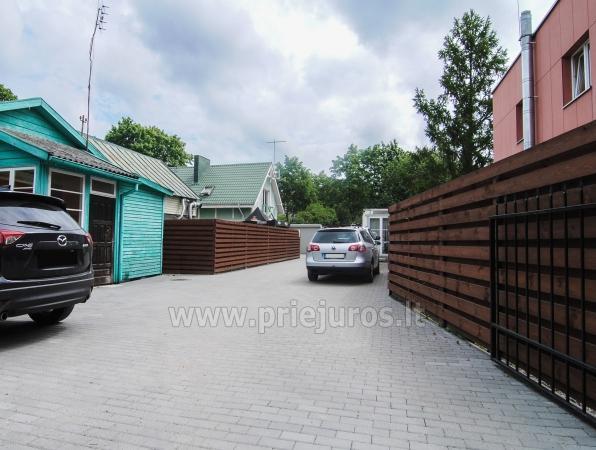 Automobilių aikštelė kavinės svečiams vidiniame kieme