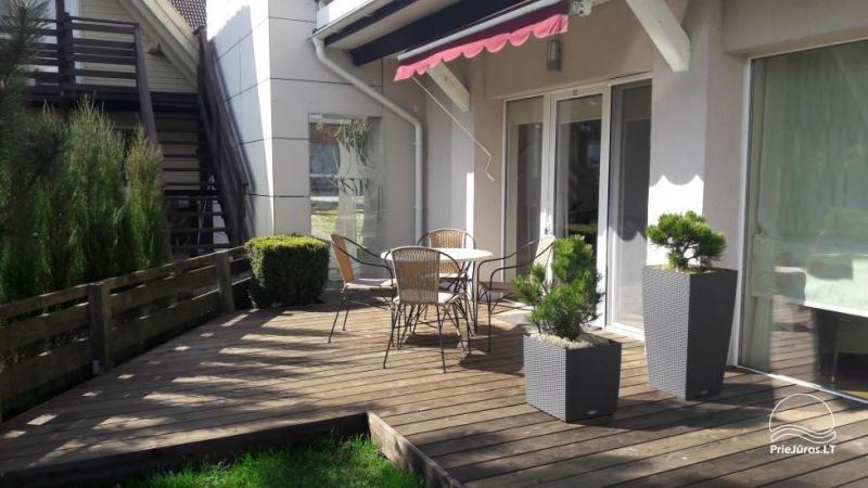 Parduodami dviejų kambarių apartamentai su terasa ant Kuršių Marių kranto