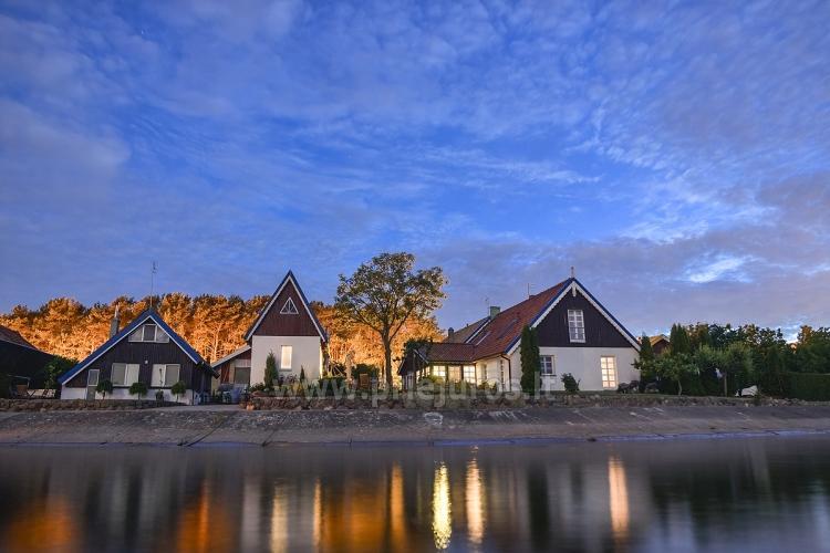 Atskiri nameliai ir apartamentiniai kambariai ant paties marių kranto