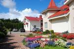 Privaten Hof mit einem Garten, Gartenmöbel, Pergola, Kinderspielplatz, PKW-Parkplatz - 2