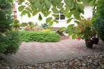 Privaten Hof mit einem Garten, Gartenmöbel, Pergola, Kinderspielplatz, PKW-Parkplatz - 13