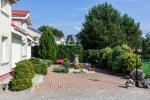 Privaten Hof mit einem Garten, Gartenmöbel, Pergola, Kinderspielplatz, PKW-Parkplatz - 8
